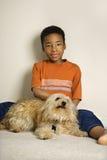 Menino novo com cão Fotos de Stock
