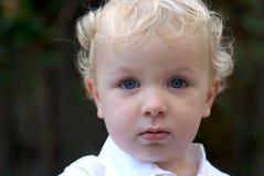 Menino novo com cabelo louro foto de stock