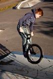 Menino novo com dirtbike no halfpipe Imagem de Stock