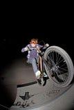 Menino novo com dirtbike no halfpipe Fotografia de Stock