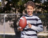 Menino novo com futebol Foto de Stock