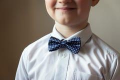 Menino novo com laço azul fotos de stock royalty free