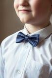 Menino novo com laço azul fotografia de stock