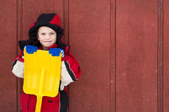 Menino novo com a pá amarela do brinquedo Fotos de Stock Royalty Free