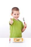 Menino novo com salada saudável Fotografia de Stock