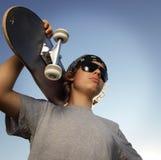 Menino novo com skate à disposição Foto de Stock