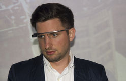 Menino novo com vidro de Google na cara Imagens de Stock Royalty Free
