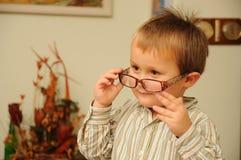 Menino novo com vidros engraçados Imagem de Stock