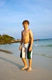 Menino novo de sorriso feliz na praia Imagens de Stock Royalty Free