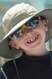 Menino novo de sorriso que veste um chapéu. Imagem de Stock