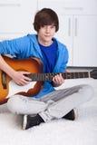 Menino novo do adolescente que joga a guitarra Imagens de Stock