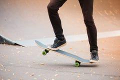 Menino novo do patim que faz o truque no parque de patinagem fora Conceito do esporte Fotografia de Stock Royalty Free