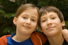 Menino novo e menina que abraçam-se Imagens de Stock Royalty Free