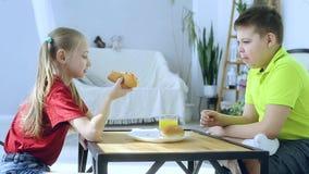 Menino novo e menina que preparam-se para comer o cachorro quente video estoque