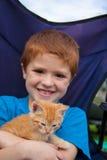Menino novo e seu gatinho novo Fotografia de Stock Royalty Free