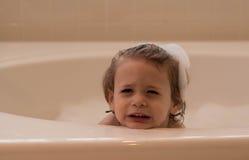 Menino novo em um banho de espuma Fotografia de Stock