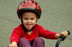 Menino novo em uma bicicleta imagens de stock