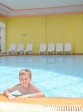 Menino novo na piscina imagens de stock royalty free