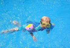 Menino novo na piscina Foto de Stock