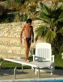 Menino novo na placa de mergulho fotografia de stock royalty free