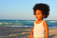 Menino novo na praia Imagem de Stock Royalty Free