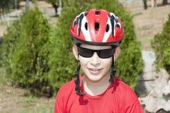 Menino novo no capacete Fotos de Stock Royalty Free