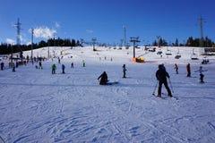 Menino novo no elevador de esqui na inclinação de Bania imagens de stock royalty free