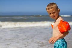 Menino novo pronto para uma nadada Fotografia de Stock