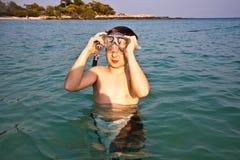 Menino novo que aprecia snorkeling no mar Foto de Stock