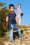 Menino novo que caminha com sua mãe Foto de Stock