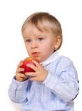 Menino novo que come a maçã Fotografia de Stock Royalty Free
