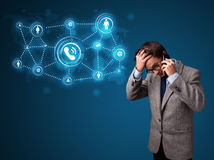 Menino novo que faz o telefonema com ícones sociais da rede Imagem de Stock