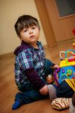 Menino novo que joga com brinquedos Foto de Stock Royalty Free