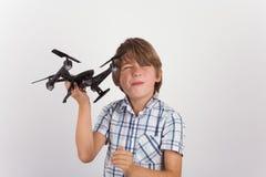 Menino novo que joga com zangão do hist Foto de Stock