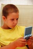 Menino novo que joga o jogo video imagem de stock