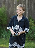 Menino novo que joga o tênis de tabela Imagens de Stock