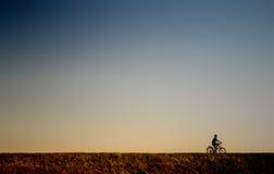 Menino novo que monta uma bicicleta Imagem de Stock Royalty Free