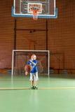 Menino novo que pratica seu tiro no objetivo Fotografia de Stock