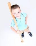 Menino novo que prende um bastão de beisebol Foto de Stock Royalty Free