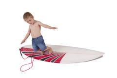 Menino novo que surfa Imagem de Stock