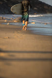 Menino novo que surfa a onda Foto de Stock Royalty Free