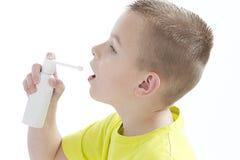 Menino novo que tem a medicina Foto de Stock Royalty Free