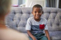 Menino novo que tem a terapia com um psicólogo da criança foto de stock royalty free