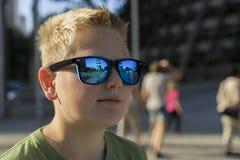 Menino novo que veste óculos de sol na moda Foto de Stock