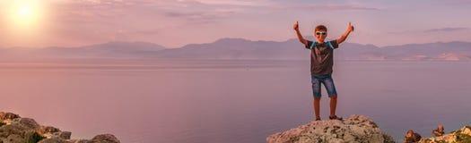 Menino novo que viaja ao longo da costa do mar Mediterr?neo foto de stock