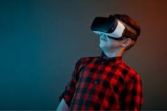 Menino ocasional em auriculares de VR imagem de stock