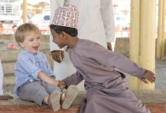 Menino omanense que faz frineds com menino europeu Foto de Stock