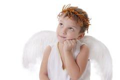 Menino pensativo do cupido com asas e graland Imagem de Stock