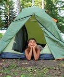 Menino pensativo na barraca de acampamento Imagens de Stock
