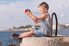 Menino pequeno bonito com os binóculos no fundo do mar imagem de stock royalty free